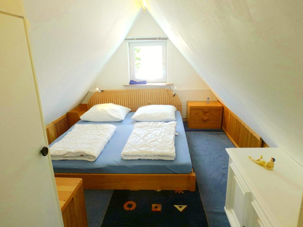 Schlafzimmer (Doppelbett) im Spitzboden