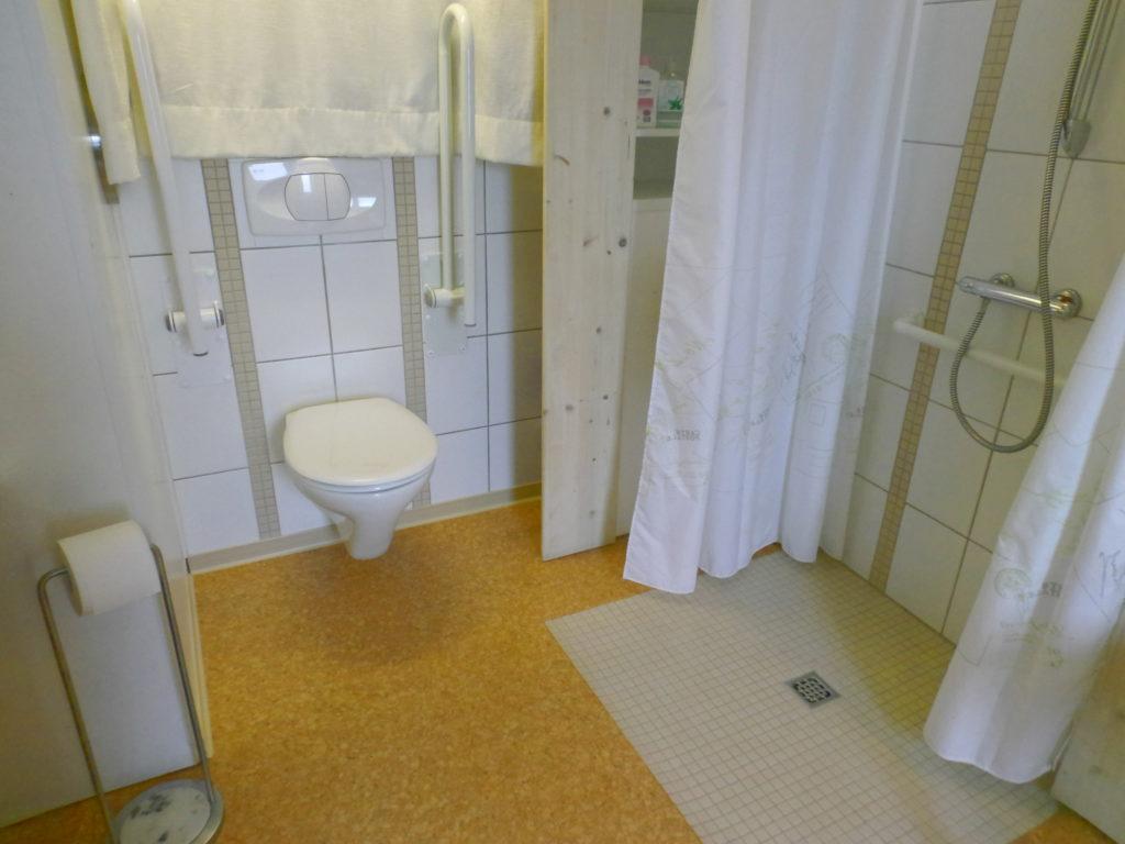 Badezimmer (UG), mit WC (zwei Klappgriffe); Duschwanne ebenerdig