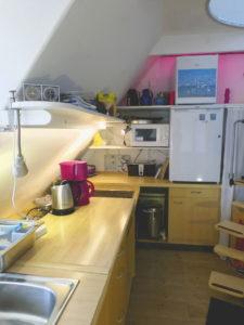 Küche-Leiste im OG mit Arbeitsfläche, Spühle, Herd, Kühlschrank, kl. Gefrierschrank; Rechts: Treppe nach oben